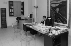 Marzio Postiglione nel suo studio